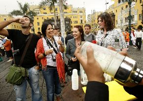 Tourists Enjoy Pisco Sours in Lima (Andina)